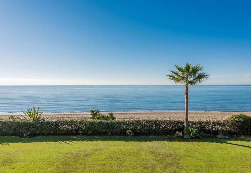 Beachfront villa on an extensive plot in Marbella East