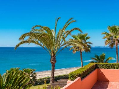 Exquisite beachfront penthouse in Marbella East