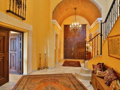 entrance-hall-with-view-on-the-entrance-door