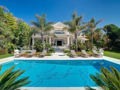 Beachfront luxurious mansion in an excellent location