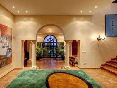 Impressive country-style villa in most secure area 10