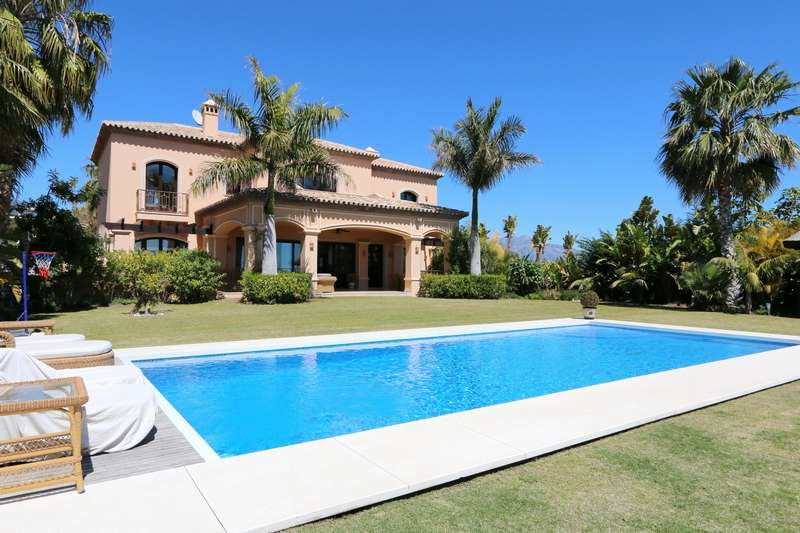 Immaculate family home with panoramic views in golf area for Immaculate family home